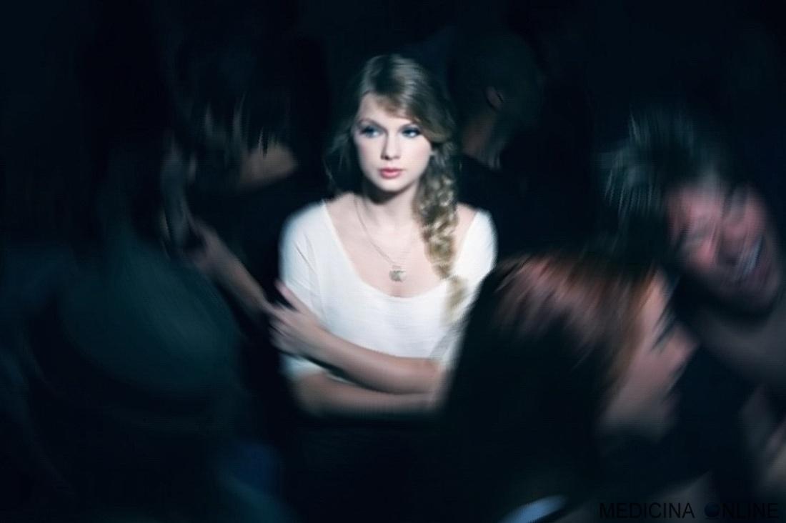 MEDICINA ONLINE FOLLA SOLI SOLITUDINE TRISTE SERATA USCITA AMICI VITA AMORE TRISTEZZA DISCOTECA SABATO SERA DEPRESSIONE lonely girl alone in the crowd alone solitude loneliness2.jpg
