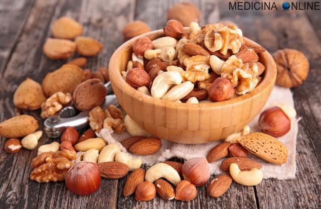 tipi di frutta medicina-online-nocciole-noci-prugne-mandorle-castagne-frutta-secca-dieta-quale-scegliere-marche-biologica-calorie-proprieta-fa-bene-fa-ingrassare-dieta-dimagrire-cibo-mer