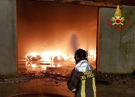 Capannone a fuoco: incendio ancora in corso