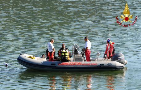 Precipita aereo:vigili del fuoco recuperano velivolo da lago