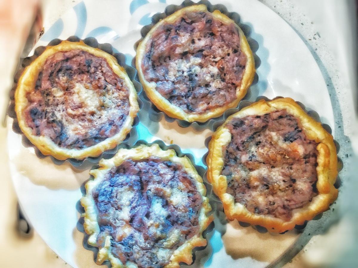 Tartelette di pasta sfoglia con ripieno di fondi di carciofo, radicchio rosso, patate ecertosa