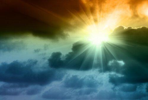 esiste il cielo Sole-che-brilla-tra-le-nuvole