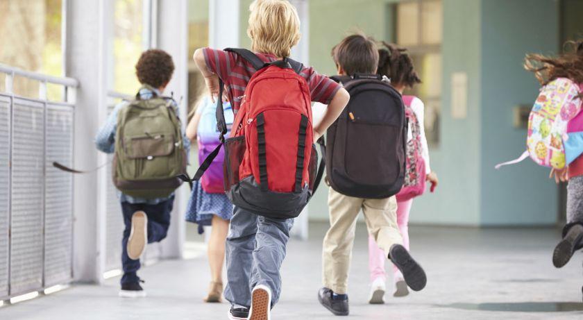 Le nuove bambini-studenti-scuola