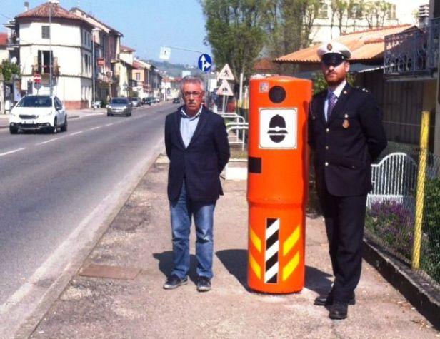 Il vicesindaco Di Cosmo e il vice commissario Lacerenza con uno dei velo ok installati a San Germano
