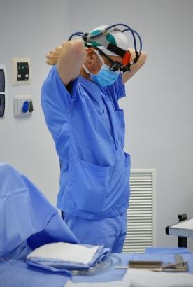 Il Prof. M. Fabbrocini si prepara a operare