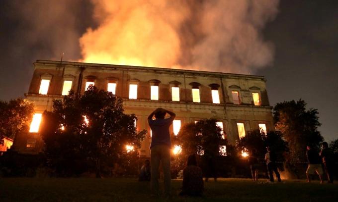 museu-nacional-do-rio-de-janeiro-rj-fogo-incendio-perdas-tristeza-cultura-gabriel-moura-2018-blog-loucuras-de-julia-01