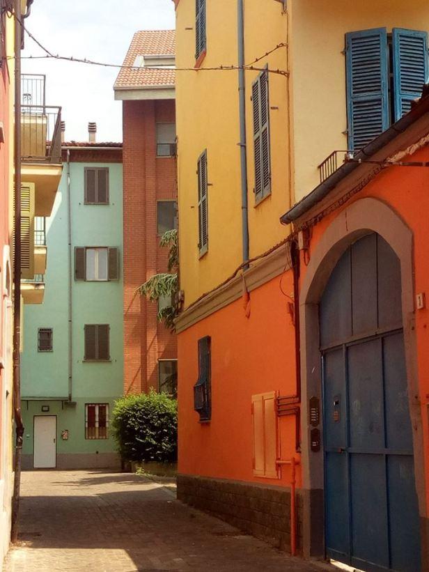 Non belle come a Sarzana ma anche in Alessandria abbiamo del colore prima di arrivare in piazza santa Maria di castello ,una viuzza laterale
