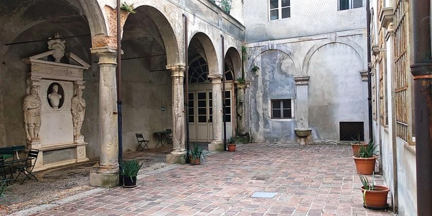 nuova Il Cortile interno di Palazzo Langosco.jpg