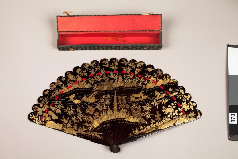 vidua Ventaglio pieghevole laccato in nero e oro, anonimo artigiano cinese, sec. XIX