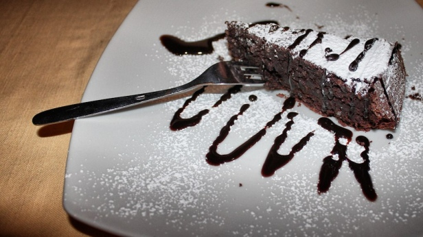 Torta_caprese_with_confectioner's_sugar_and_chocolate_sauce_(7830104492).jpg