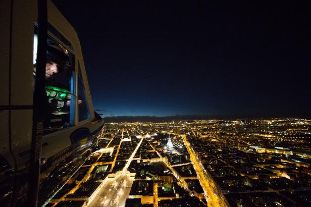 Torino elicottero della Polizia di Stato in volo con 2 Reparto volo di Milano al crepuscolo sopra la città 2015 04 01 © Massimo Sestini