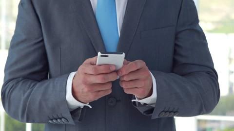 963206578-intelligenza-posto-di-lavoro-smartfone-ben-vestito copia
