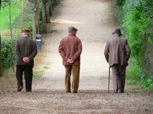 pensionati anziani-che-camminano-con-le-mani-dietro-la-schiena copia.jpg