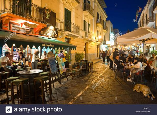 litalia-sicilia-e-isole-eolie-patrimonio-mondiale-dellunesco-isola-di-lipari-lipari-vita-notturna-nei-bar-in-corso-vittorio-emanuele-cr3fc1