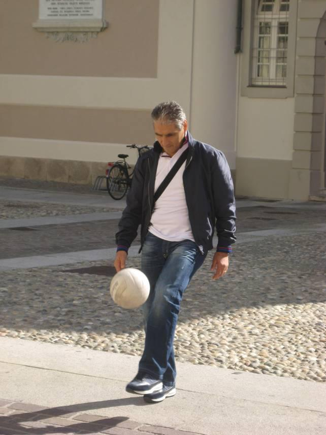 Ciccio Marescalco gioca a palla in piazza Duomo ad Alessandria (4).jpg