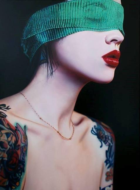 donna bendata in verde