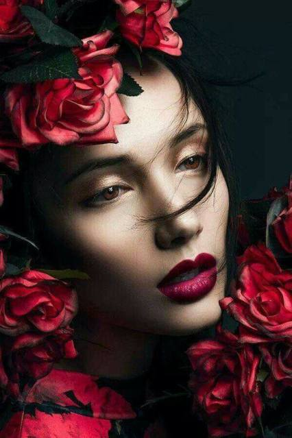 donna infiorata bella