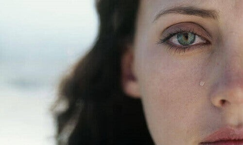 donna-lacrima-sul-viso