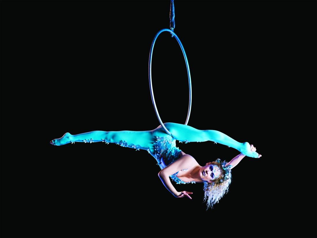 Amaluna-show-spectacle-Cirque-du-Soleil-Déesse-de-la-lune-cerceau-chanteuse-moon-goddess-aerial-hoop-singer-Marie-Michelle-Faber-plaine-de-jeux-parc-de-bagatelle-paris-2015