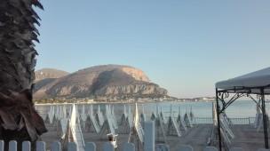 Spiaggia attrezzata e sullo sfondo il Monte Gallo