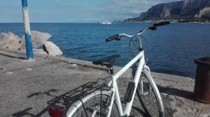 Bicicletta sul molo di Mondello