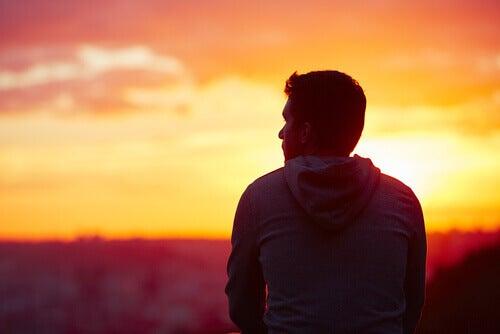 uomo-di-spalle-guarda-il-tramonto