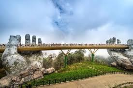 """Cau Vang, il ponte sorretto dalle mani di un """"gigante"""""""